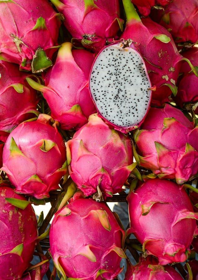 Smok owoc dla sprzeda?y przy wiejskim rynkiem obraz royalty free