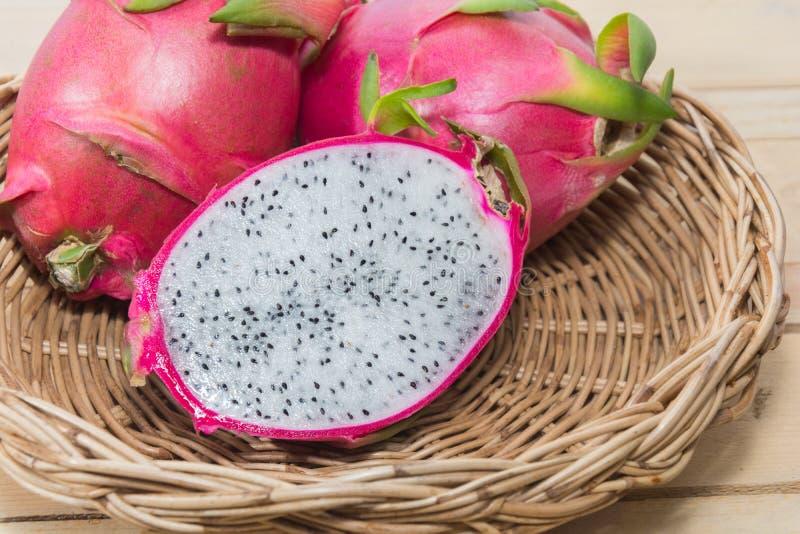 Smok owoc na koszu zdjęcie stock