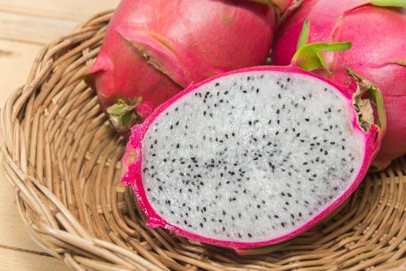 Smok owoc na koszu fotografia stock