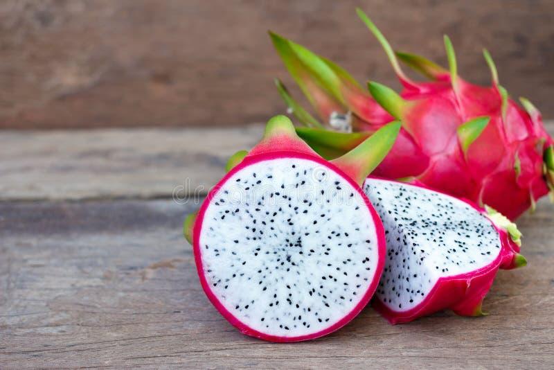 Smok owoc Na starym Drewnianym stole fotografia stock
