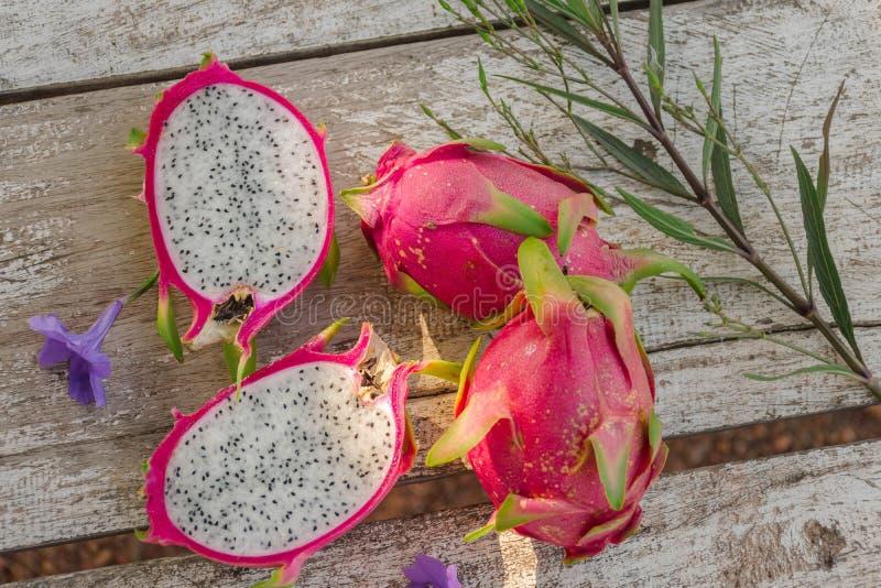 Smok owoc po środku owoc zdjęcia stock