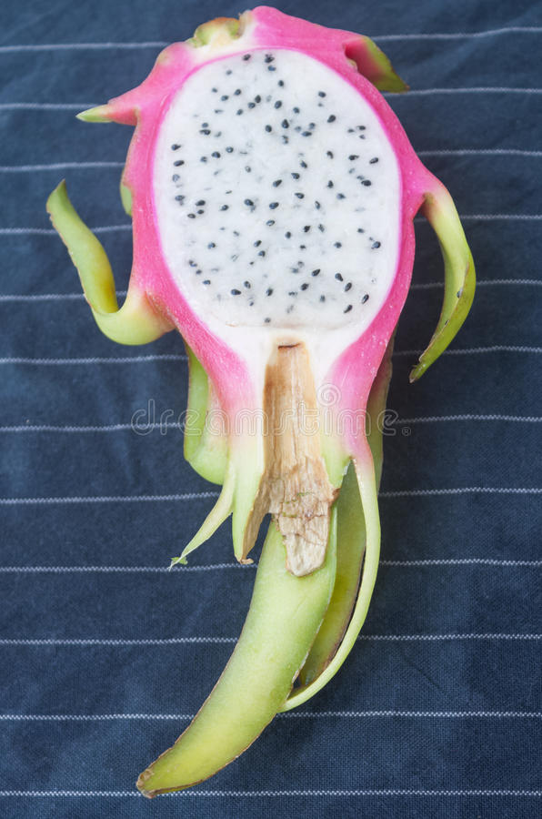 Smok owocowa połówka na stołowym płótnie obraz stock