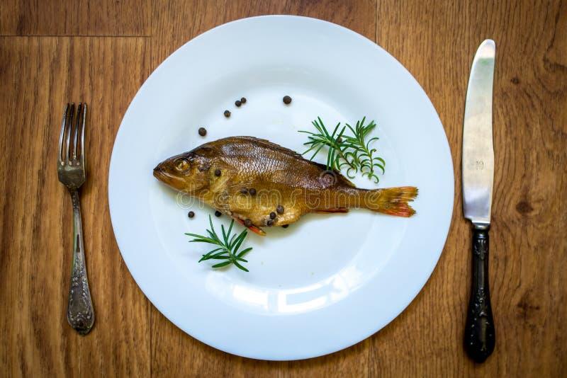 Peixes flavored Smoked em uma placa com fundo do spiceson foto de stock royalty free