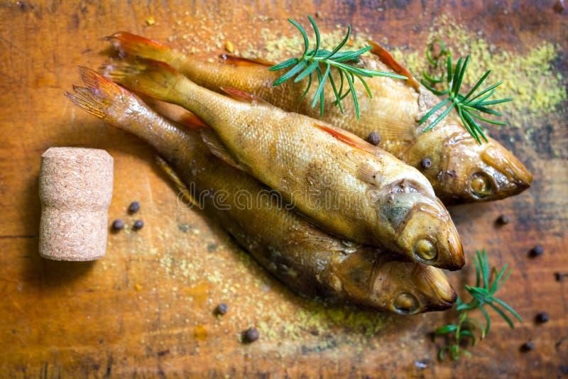 Smoked flavored peixes em uma placa com fundo do spiceson fotografia de stock