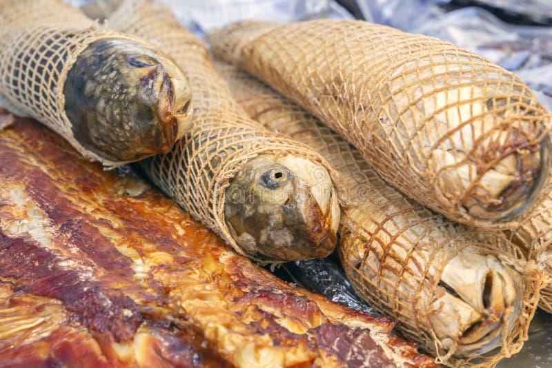 Smoked trançou os peixes preparados para a venda em uma bandeja da rua fotos de stock royalty free