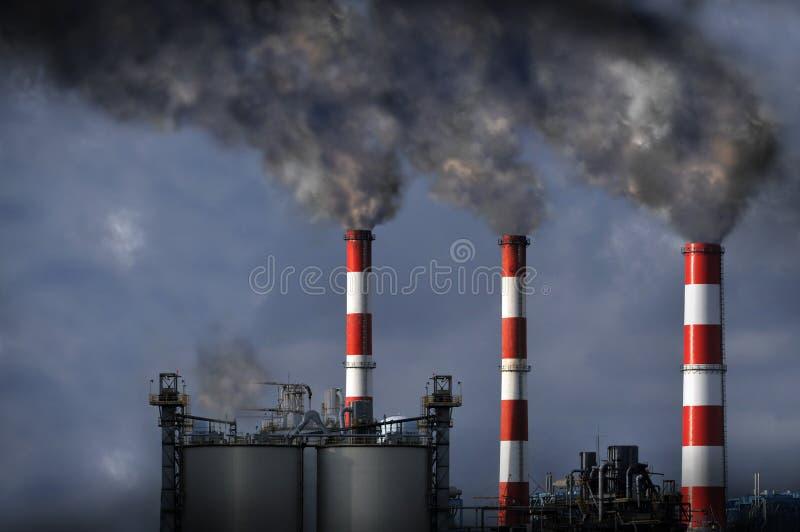 Smokestacks, die Rauch durchbrennen stockfotos