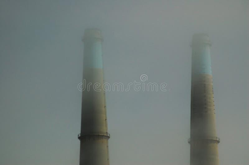Download Smokestacls in de Mist stock afbeelding. Afbeelding bestaande uit californië - 294623