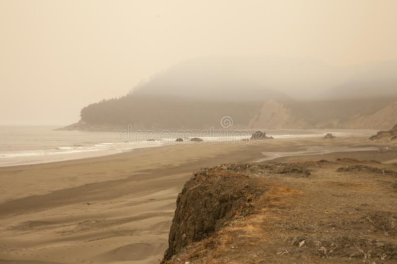 Smokey Beach From Oregon Wildfires royaltyfri foto