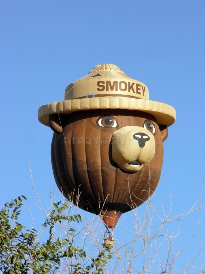 Smokey Bear que vuela en los cielos en la fiesta internacional del globo de Albuquerque fotografía de archivo
