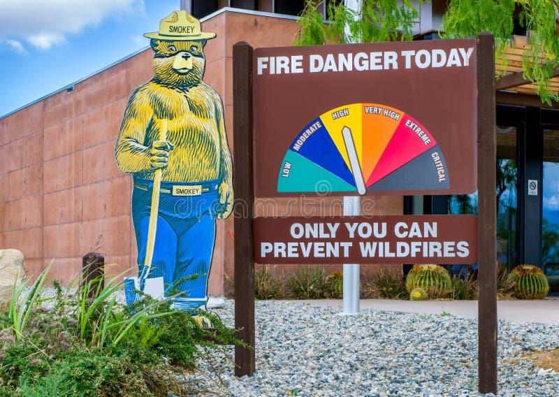 Smokey das Bärn-und Feuer-Warnschild stockfotografie