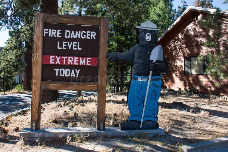 Smokey das Bärnmaskottchen, zum von Waldbränden zu verhindern warnt, dass es eine extreme Feuergefahr gibt stockbilder