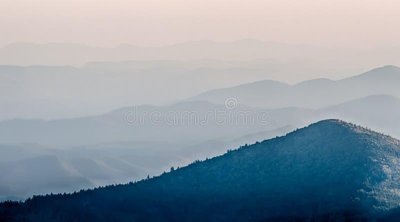 Smokies日落- nat发烟性的山的简单的层数 库存照片