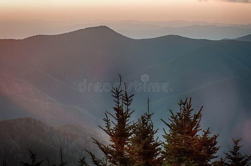 Smokies日落- nat发烟性的山的简单的层数 免版税库存照片
