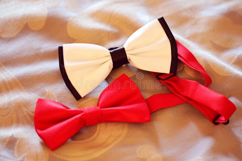 Smoking in bianco e nero e rosso del tux di cravatta a farfalla fotografia stock