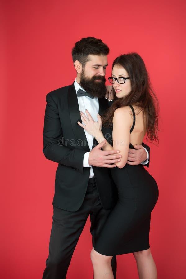 Smoking e vestido Pares formais peritos da arte do homem e da mulher farpados esthete Relacionamento romântico Pares no amor sobr foto de stock royalty free