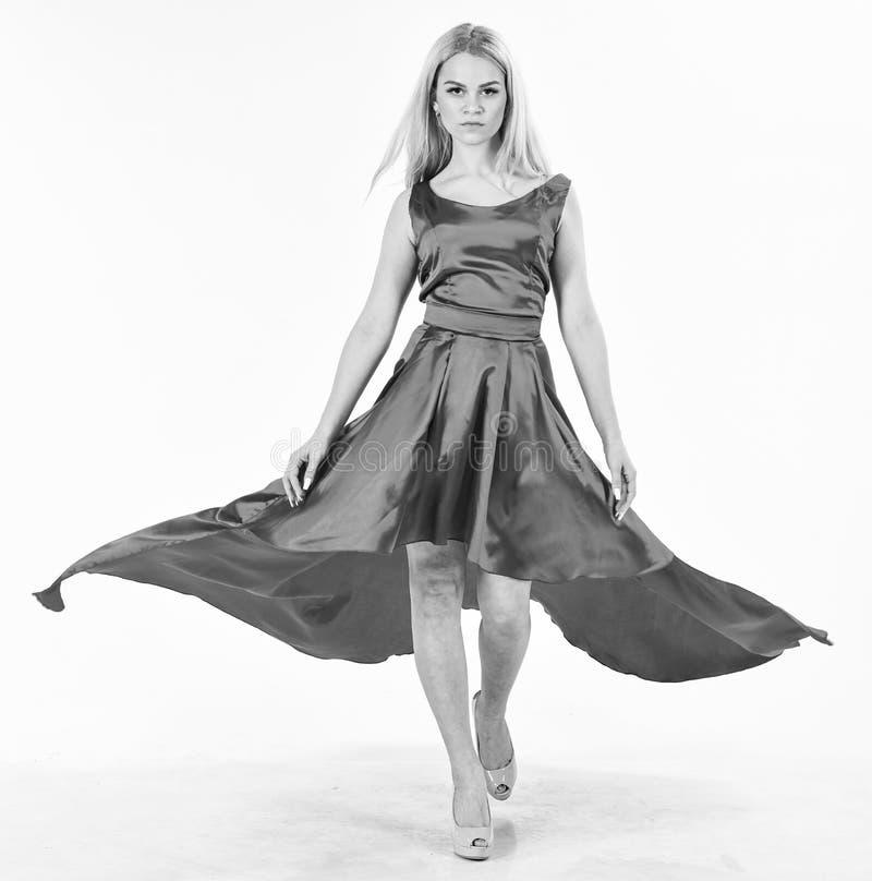 Smokingowa czynszowa usługa, przemysł mody Kobieta jest ubranym elegancką wieczór czerwieni suknię, biały tło Dama dzierżawiący m fotografia stock