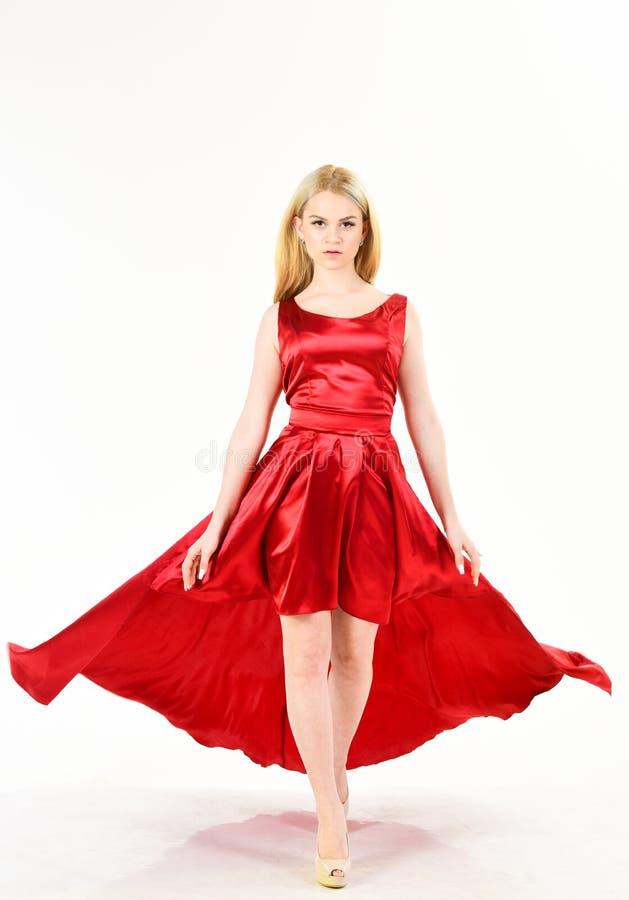 Smokingowa czynszowa usługa, przemysł mody Kobieta jest ubranym elegancką wieczór czerwieni suknię, biały tło Dziewczyny blondynk zdjęcia royalty free