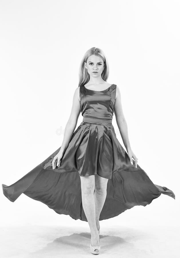 Smokingowa czynszowa usługa, przemysł mody Kobieta jest ubranym elegancką wieczór czerwieni suknię, biały tło Dziewczyny blondynk fotografia royalty free