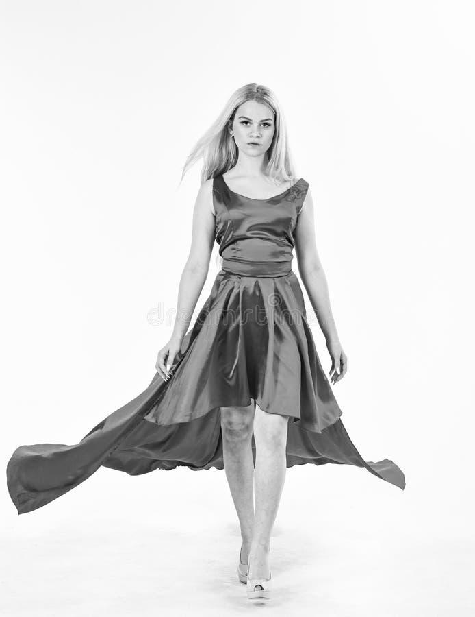 Smokingowa czynszowa usługa, przemysł mody Smokingowy czynszowy pojęcie Kobieta jest ubranym elegancką wieczór czerwieni suknię,  obrazy stock