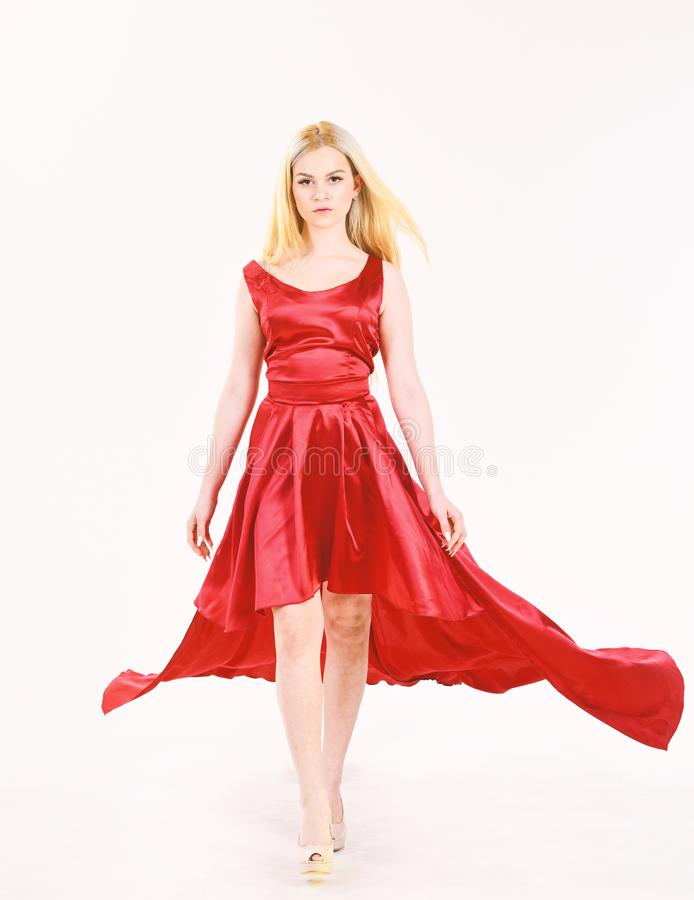 Smokingowa czynszowa usługa, przemysł mody Smokingowy czynszowy pojęcie Kobieta jest ubranym elegancką wieczór czerwieni suknię,  obraz stock
