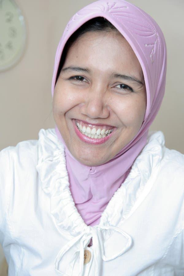 smokingowa muzułmańska kobieta fotografia stock