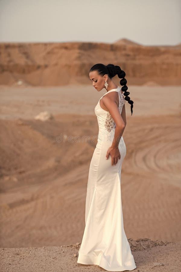 smokingowej dziewczyny poślubia biel zdjęcie royalty free