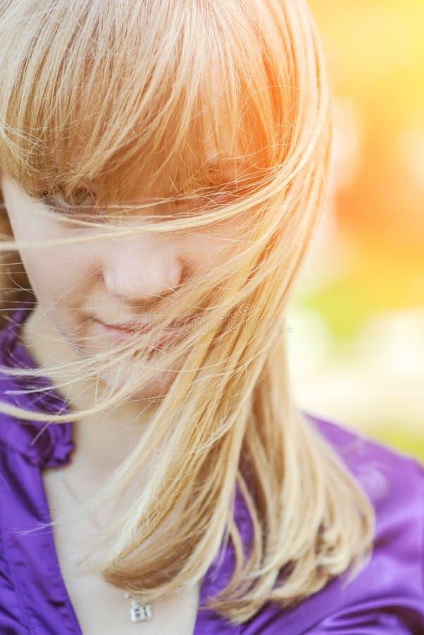 smokingowy dziewczyny portreta kolor żółty fotografia royalty free
