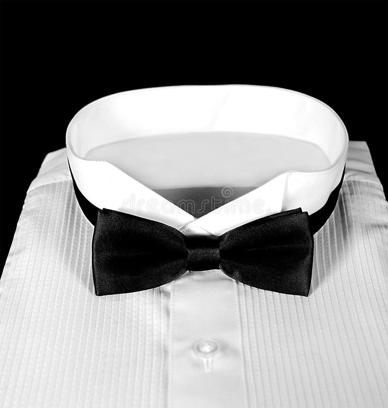 Smokingshemd mit schwarzer Fliege lizenzfreies stockfoto