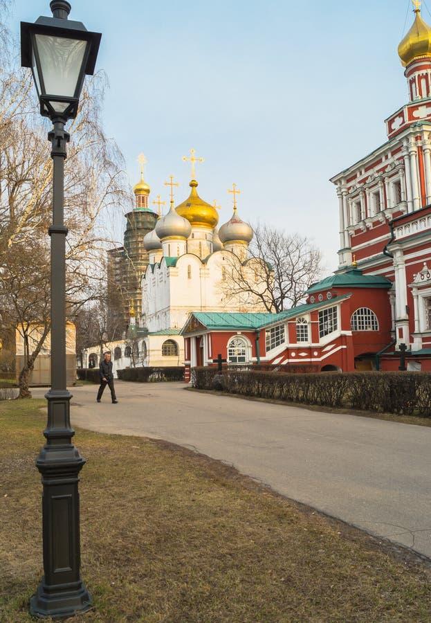 Smolensky-Kathedrale und Fragment der Annahmekirche in Novodevichy-Kloster, Moskau stockfotos