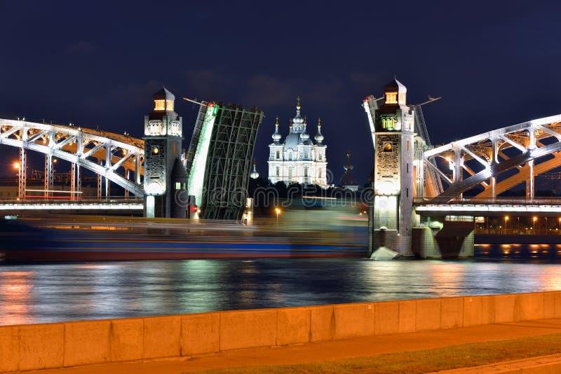 Smolniy大教堂和可移动的桥梁在圣彼德堡 库存照片