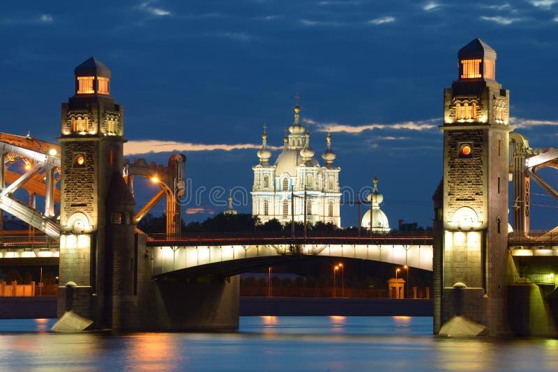 Smolny-Kathedrale in der Ausrichtung von Peter der Große-Brücke auf einer bewölkten Nacht Junis St Petersburg, Russland stockfoto