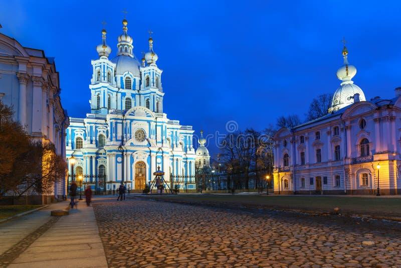 Smolny klasztor z Smolny katedrą przy nocą petersburg bridżowy okhtinsky święty Russia obrazy stock