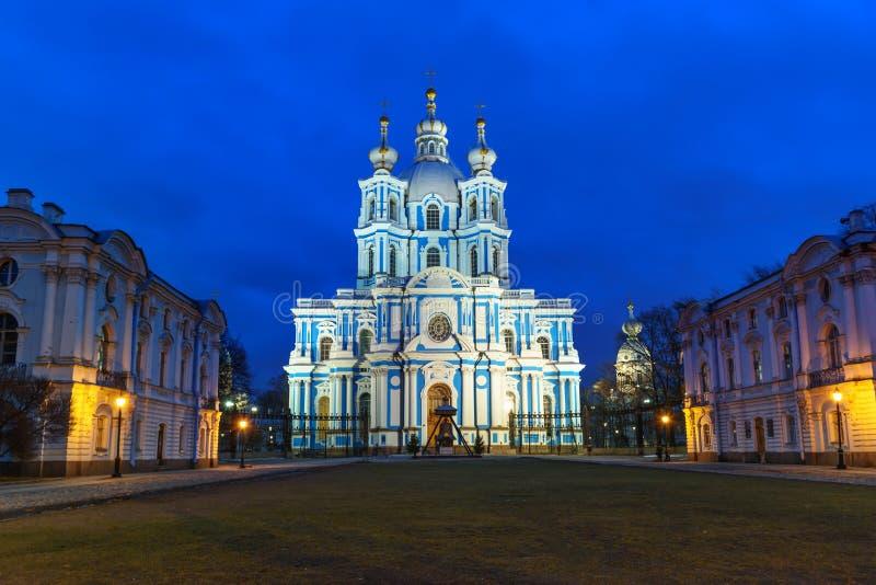 Smolny klasztor z Smolny katedrą przy nocą petersburg bridżowy okhtinsky święty Russia obraz stock