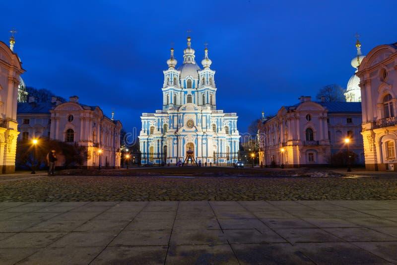 Smolny klasztor z Smolny katedrą przy nocą petersburg bridżowy okhtinsky święty Russia obraz royalty free