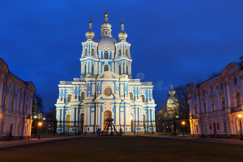 Smolny klasztor z Smolny katedrą przy nocą petersburg bridżowy okhtinsky święty Russia fotografia stock