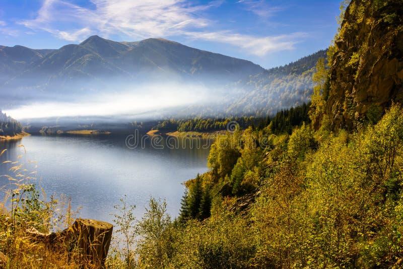 Download Smooke au-dessus du lac image stock. Image du couleurs - 45355123
