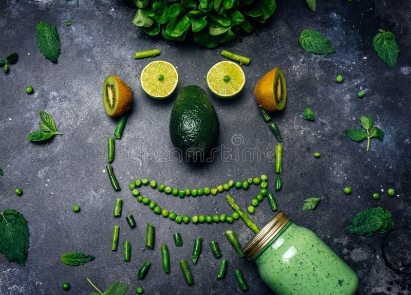 Smoothie зеленого вытрезвителя здоровый от зеленого плода, авокадоа, салата, листовой капусты, известки, кивиа, мяты Сторона еды, стоковые фотографии rf