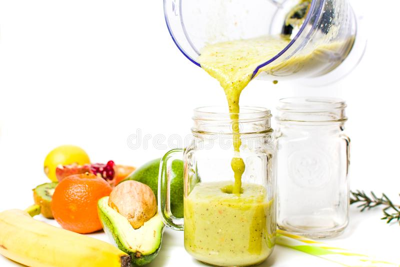 Smoothie авокадоа женщины лить от blender стоковые изображения rf