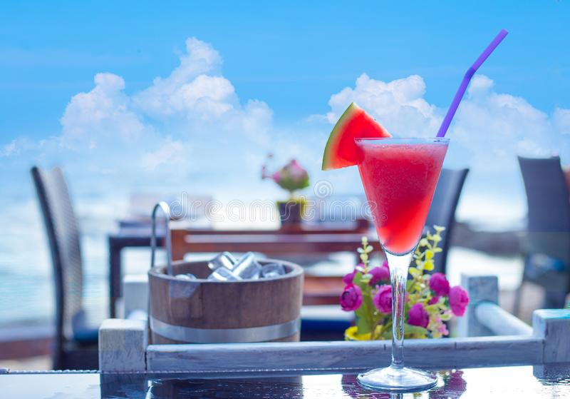 Smoothie арбуза, соки арбуза установил на таблицу на пляже стоковое изображение