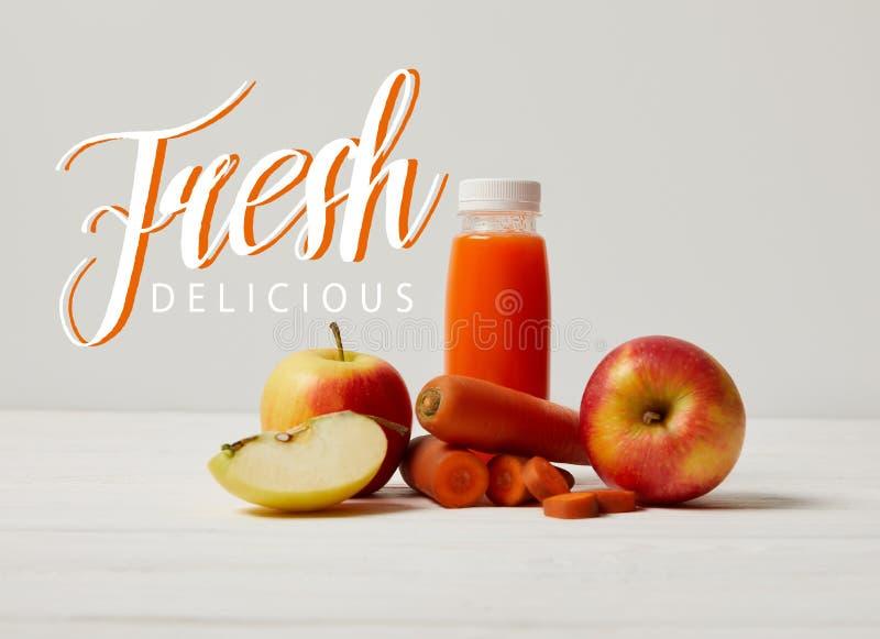 smoothie вытрезвителя с яблоками и морковами на белой деревянной поверхности, свежей очень вкусной надписи стоковое изображение