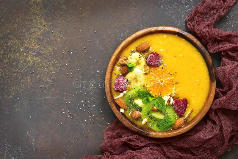 Smoothie здорового питания тропический в деревянном шаре Взгляд сверху с co стоковое фото