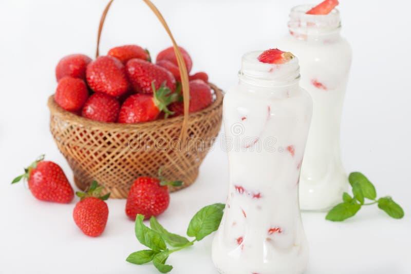 Smoothie или milkshake клубники со свежими ягодами и мятой в маленьких бутылках стоковая фотография rf