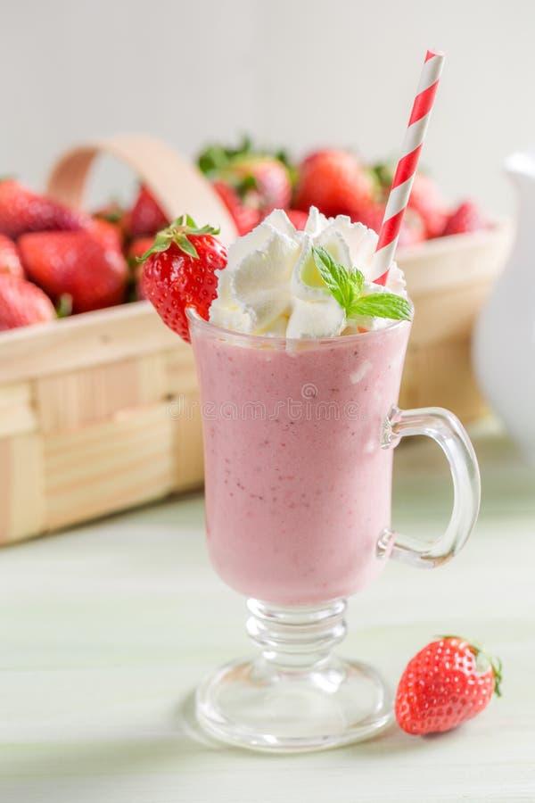 Smoothie клубники сделанный свежих фруктов стоковое изображение
