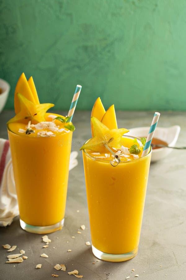 Smoothie манго с медом и кокосом стоковые фото