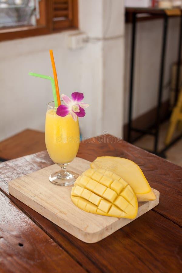 Smoothie манго стоковое изображение rf