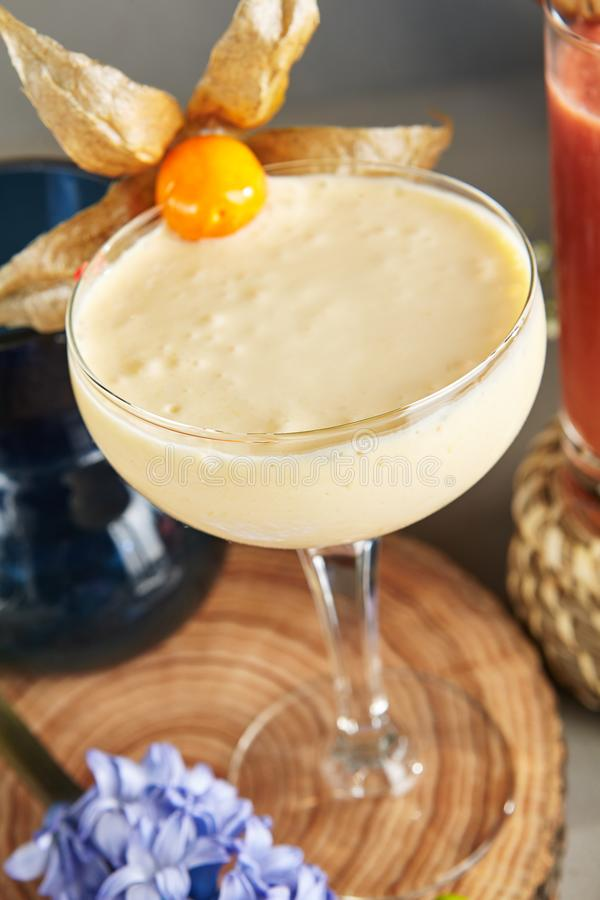 Smoothie миндалины Cream в высокорослом стекле десерта на деревянной плите стоковое изображение