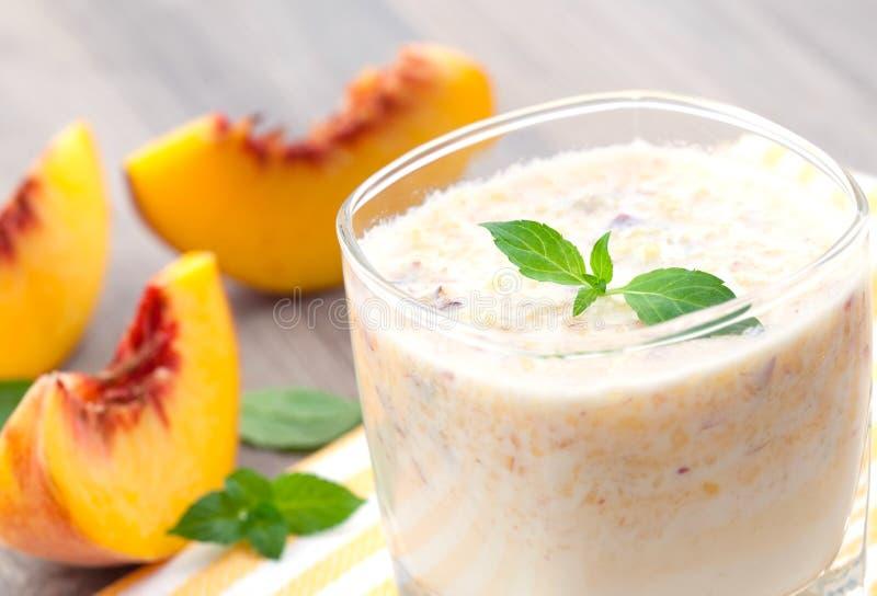 smoothie персика стоковое изображение rf