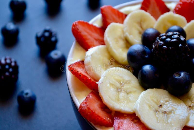 Smoothie свежих фруктов в шаре стоковое изображение rf