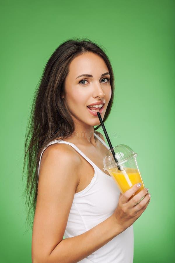 Smoothie счастливой молодой женщины выпивая стоковые изображения rf