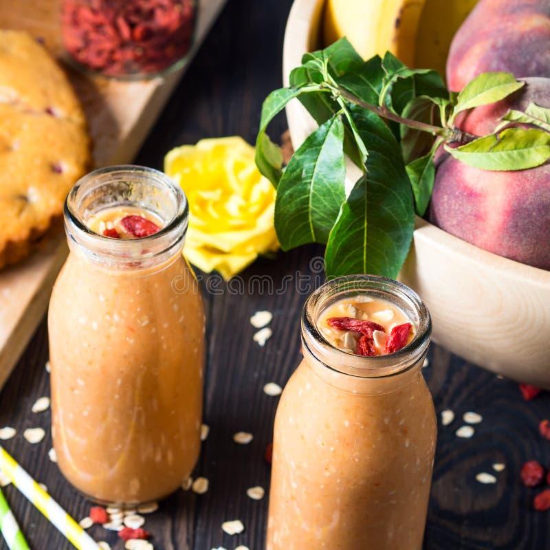 Smoothie тыквы, банана и персика стоковое изображение rf